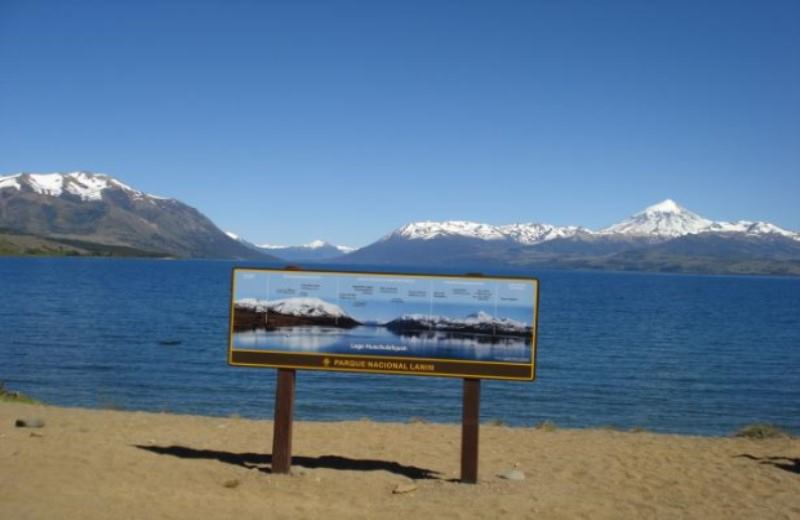 Lago Huechulafquen Y Volcan Lanin